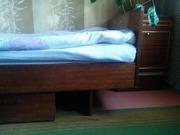 полуторная кровать с выдвижным ящиком для белья и тумбочка б.у